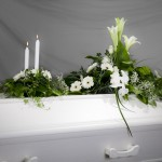 7.Tvådela dekoration i vitt med Liljor Rosor Germini och olika grönt och brudslöja