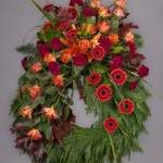 4. Höstlöv, Orange liljor, Vinröda nejlikor, Orange rosor, Orangegul germini, Texasgräs